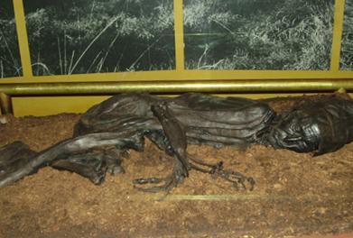 Mumifisert lik som er funne i ei myr.