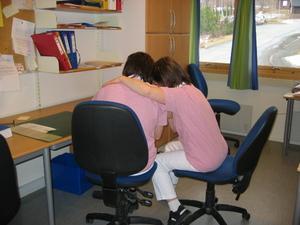 Helsefagarbeider gir en pasient en klem. Foto.
