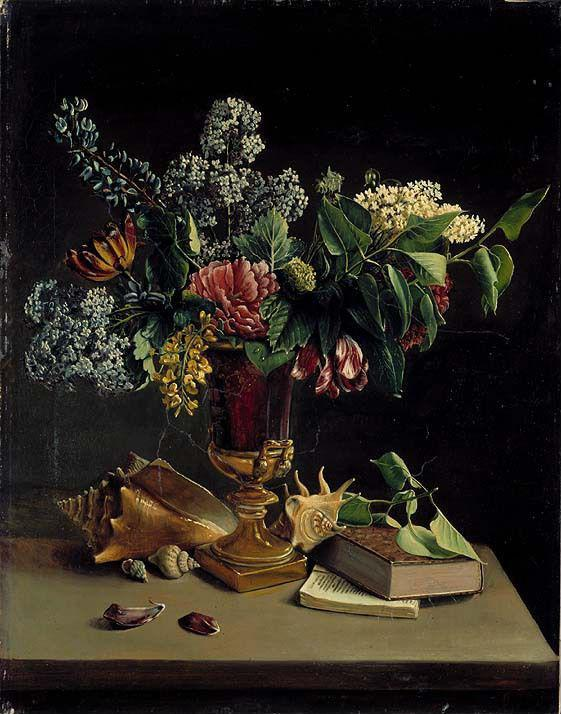 Vase med blomster i. Skjell og bøker på et bord. Foto av maleriet Stilleben med blomster av Knud Bergslien.