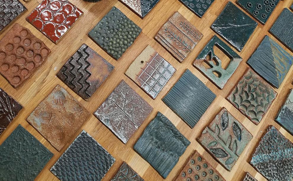Keramikkfliser med ulike teksturer. Foto.