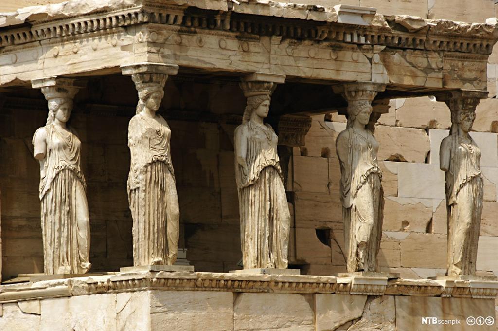Greske søyler forma som menneskeskikkelser. Foto.