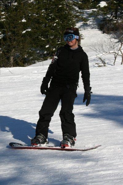 Tenåring på snowboard. Foto.