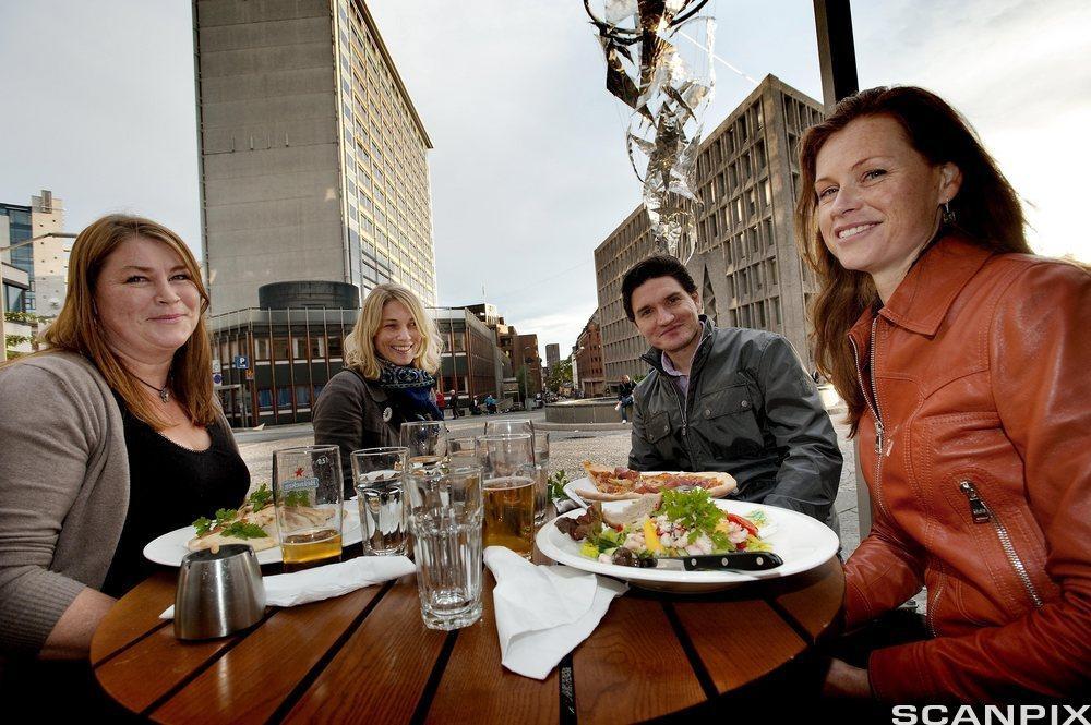 Kolleger spiser sammen. Foto.