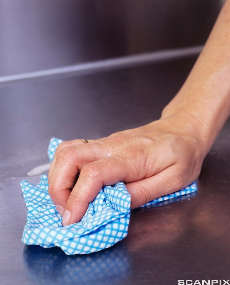 vask av kjøkkenbenk. Foto.