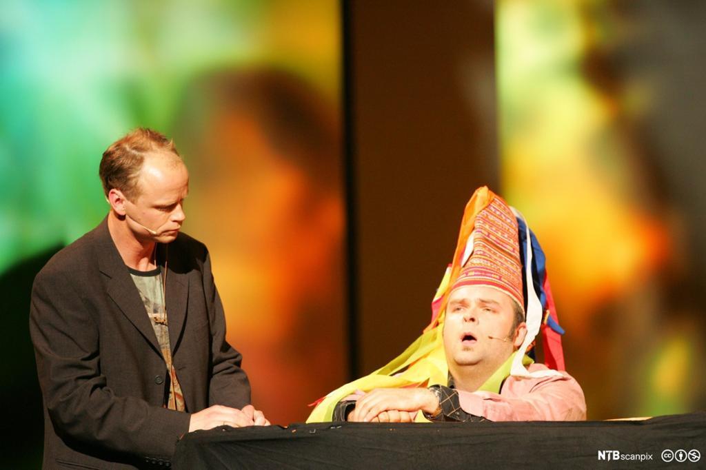 Harald Eia og Atle Antonsen fra forestillingen Team Antonsen Live fra 2004. Foto.