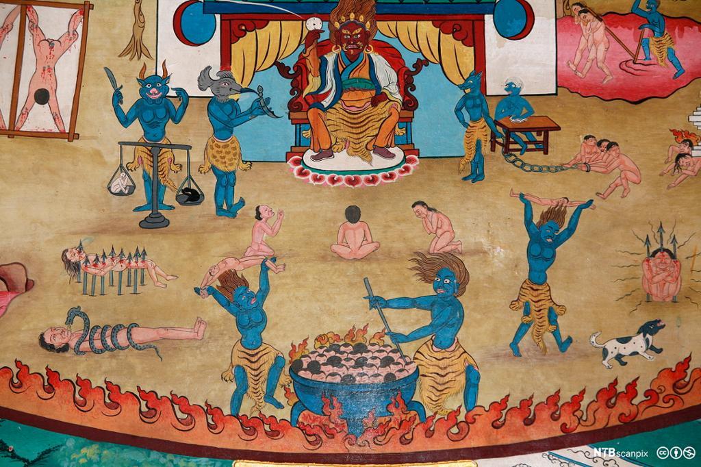 En grusom, rød skikkelse sitter på en trone omgitt av andre grusomme, blå skikkelser som piner mennesker på ulikt vis. Maleri.
