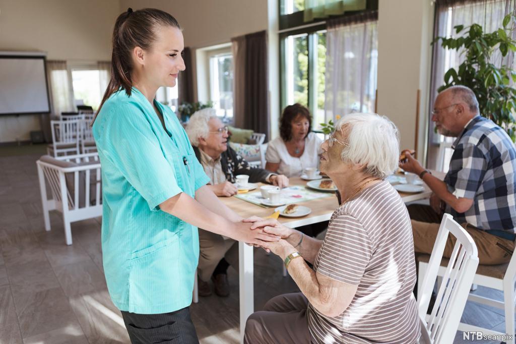 Sykepleier gir omsorg til eldre. Foto.