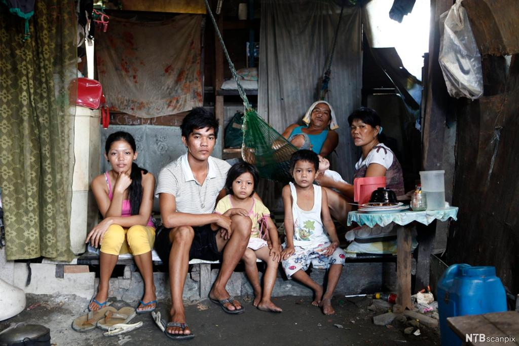 En familie i hjemmet sitt i slummen i Manila, Filippinene. Foto.