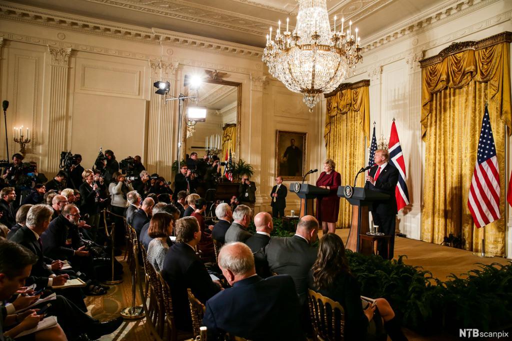 Norsk statsminister møter amerikansk president i USA. Pressa er til stades. Bilete.