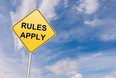 """Skilt med teksten """"Rules apply"""". Foto."""