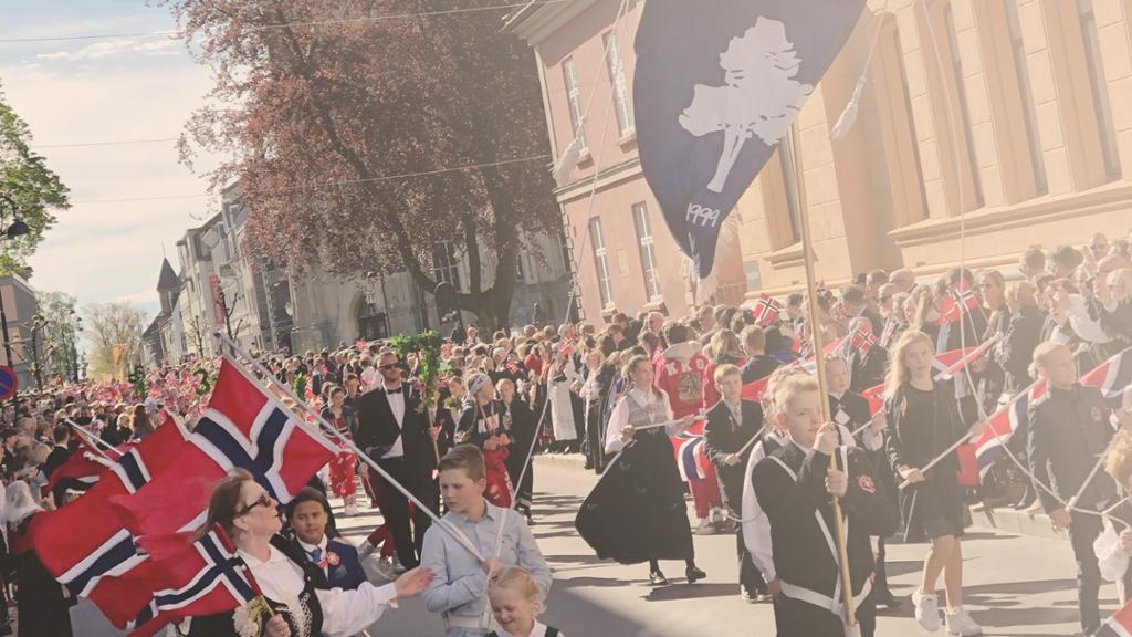 Generelt bilde av skoletoget 17.mai. Foto.