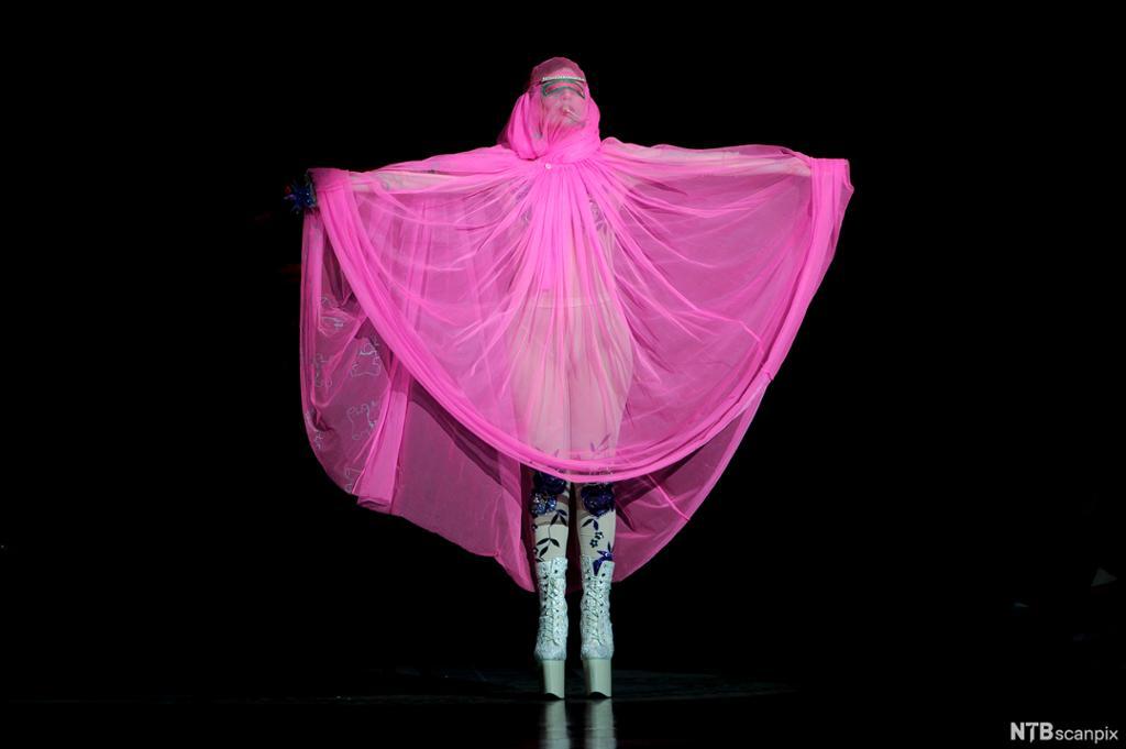 Lady Gaga i et rosa sceneantrekk. Foto.