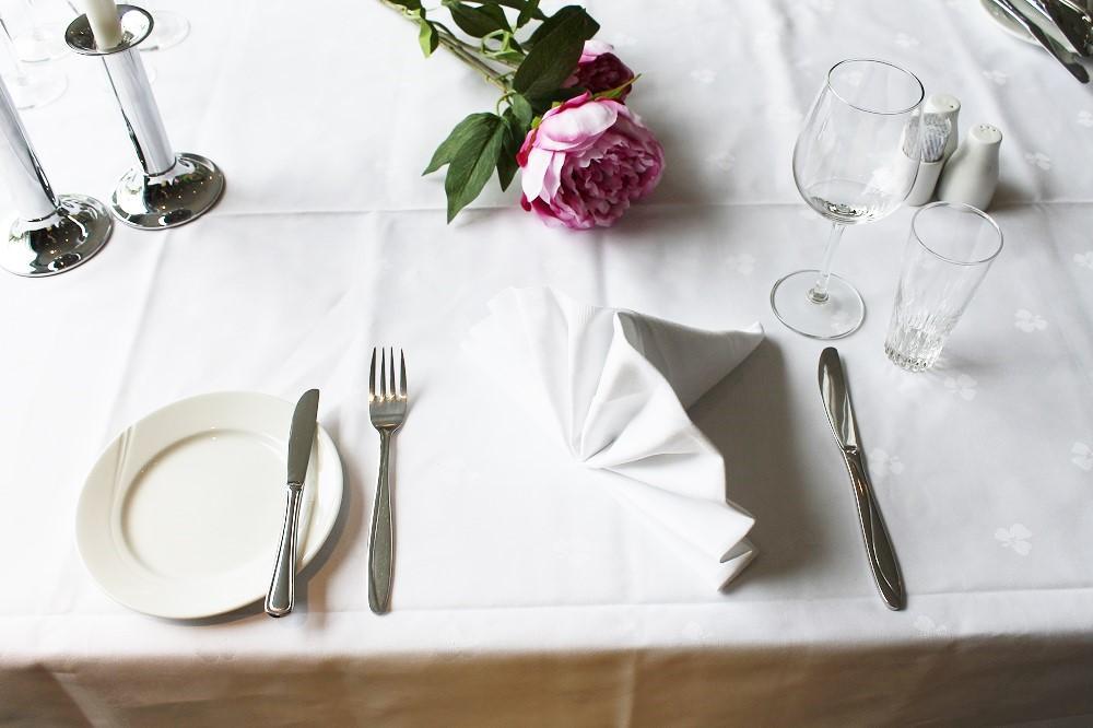 Et bord som er dekket opp til a la carte. Foto.