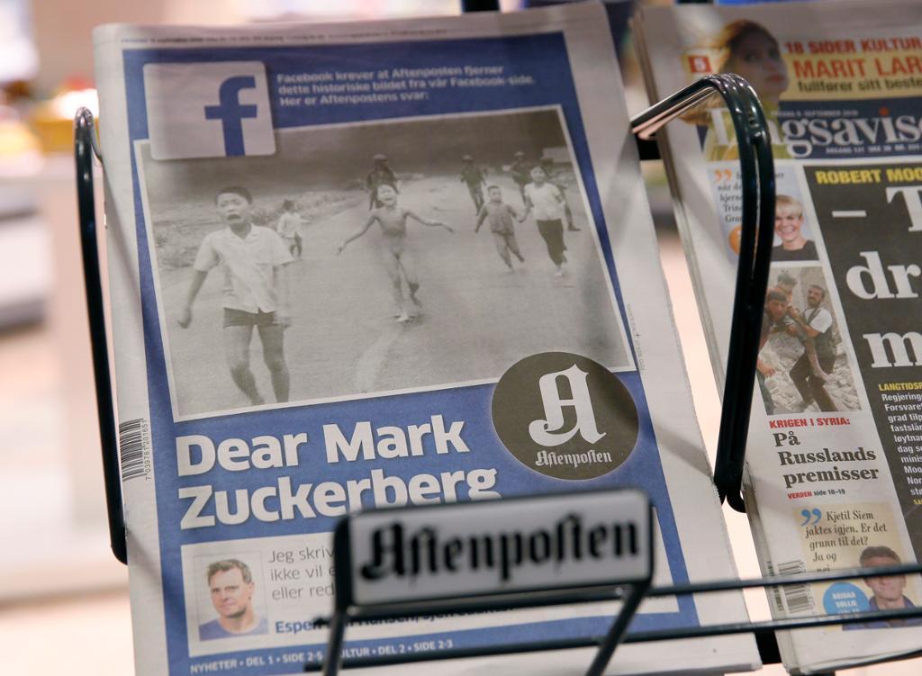 Avisstativ med Aftenposten der hovedoppslaget er Dear Mark og et bilde fra Vietnamkrigen. Foto.