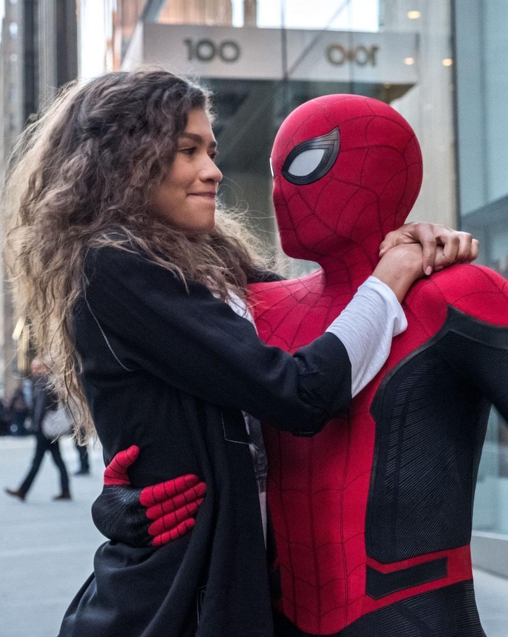 Spider-Man holder en kvinne i armene. Foto.