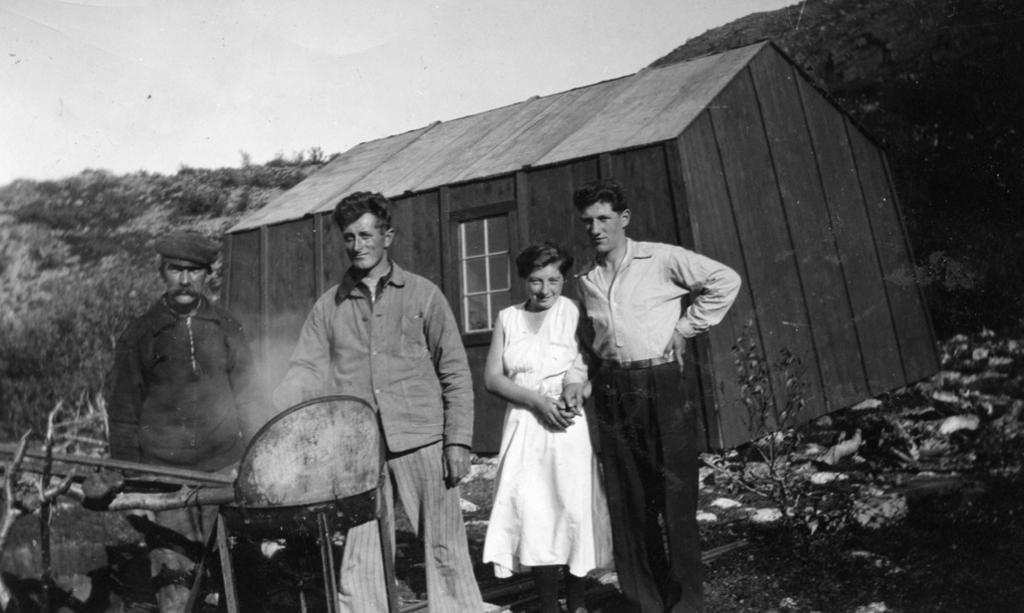 Arbeidere og kokke i Kongsfjorddalen, 1938. Foto.
