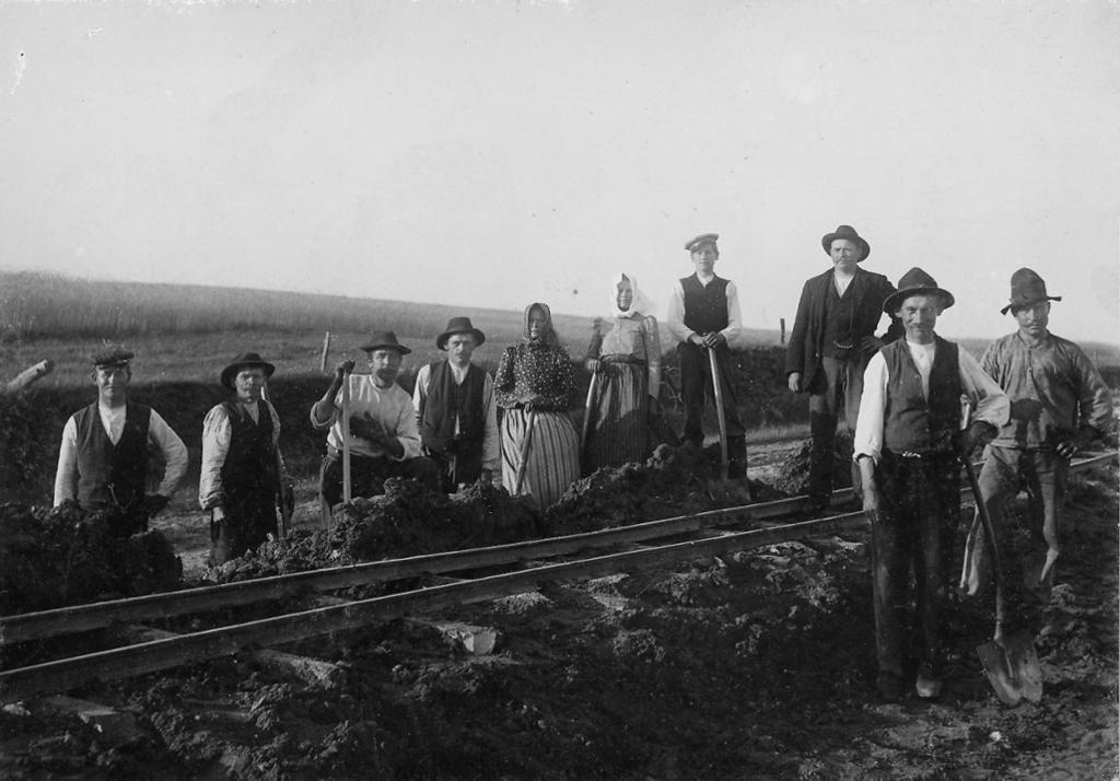 Arbeidslag skinnelegging på jernbane, ca 1900. Foto.