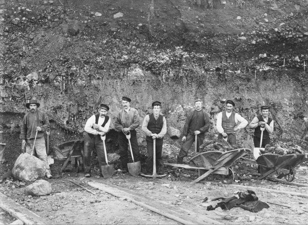 Arbeidslag ved Aktieselskapet Sydvaranger under anleggstiden 1907. Foto.