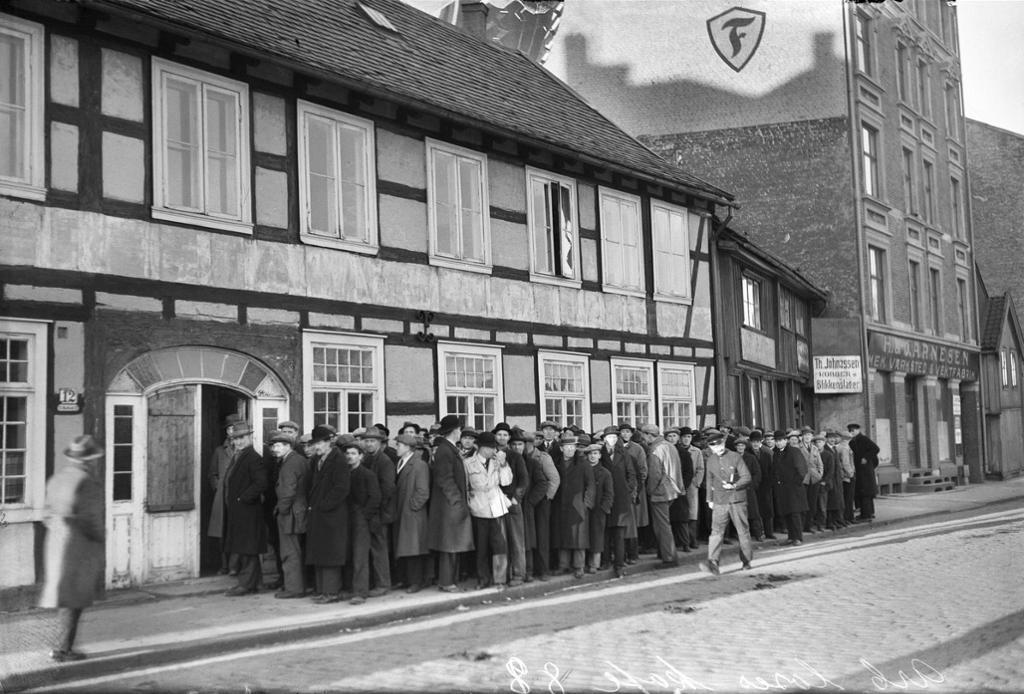 Arbeidsløse menn i kø ved de arbeidsløses kafé, Vaterland i Oslo på 1930-tallet. Foto