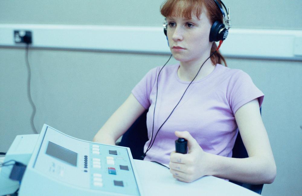 Undersøkelse av hørselen til en ung jente