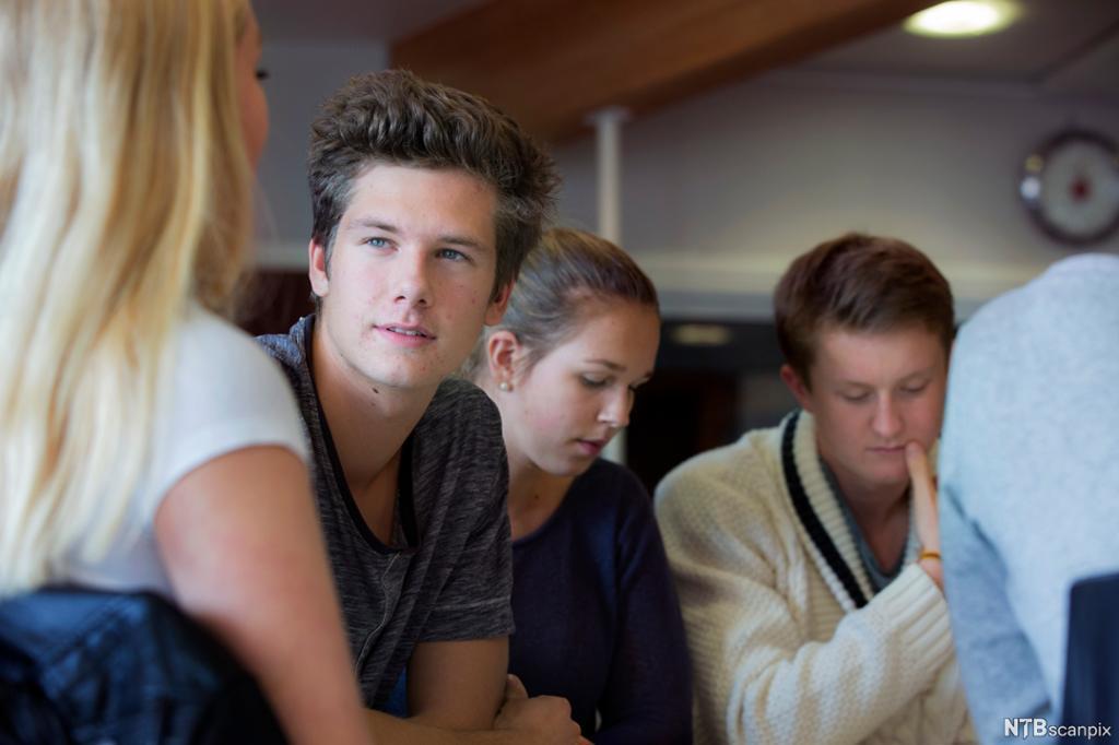 Fire elevar sit saman i ei gruppe. Foto.