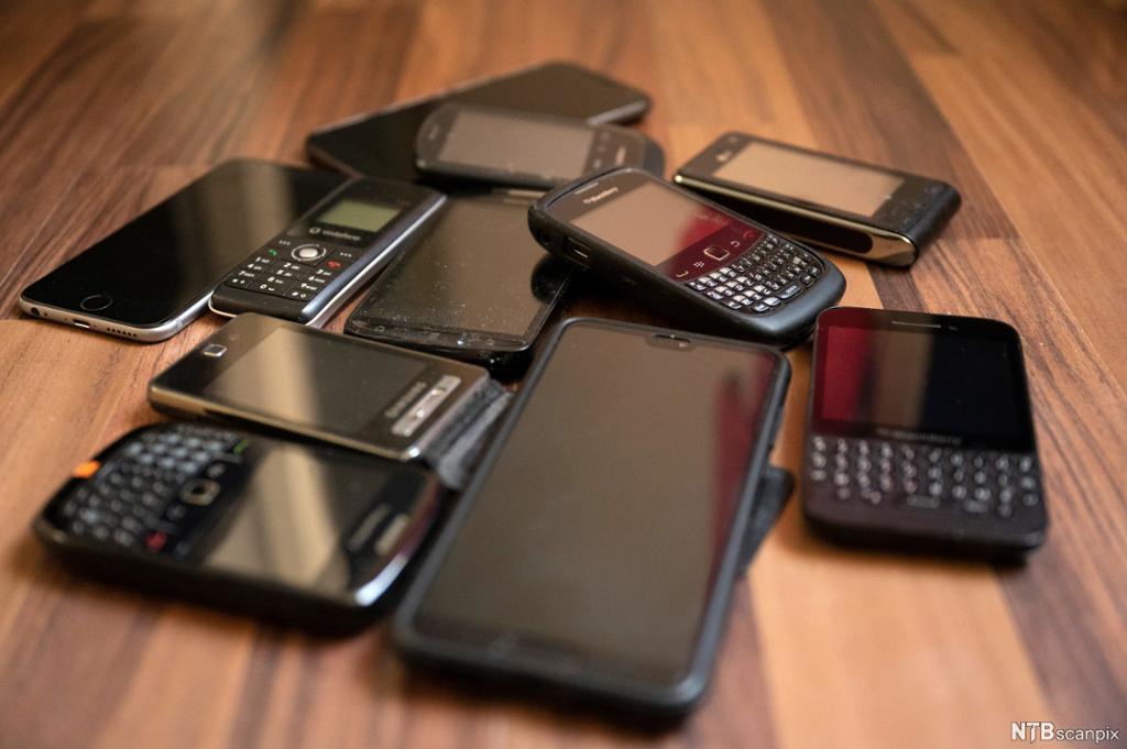 En mengde mobiltelefoner på gulvet. Foto.