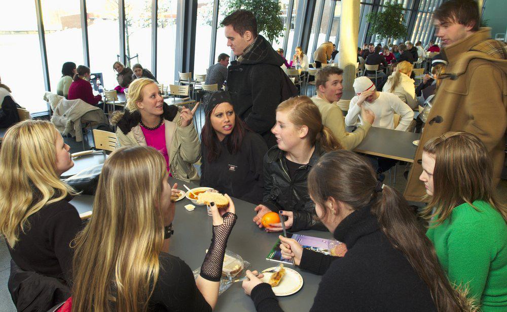 Ungdommer som spiser lunsj i kantina