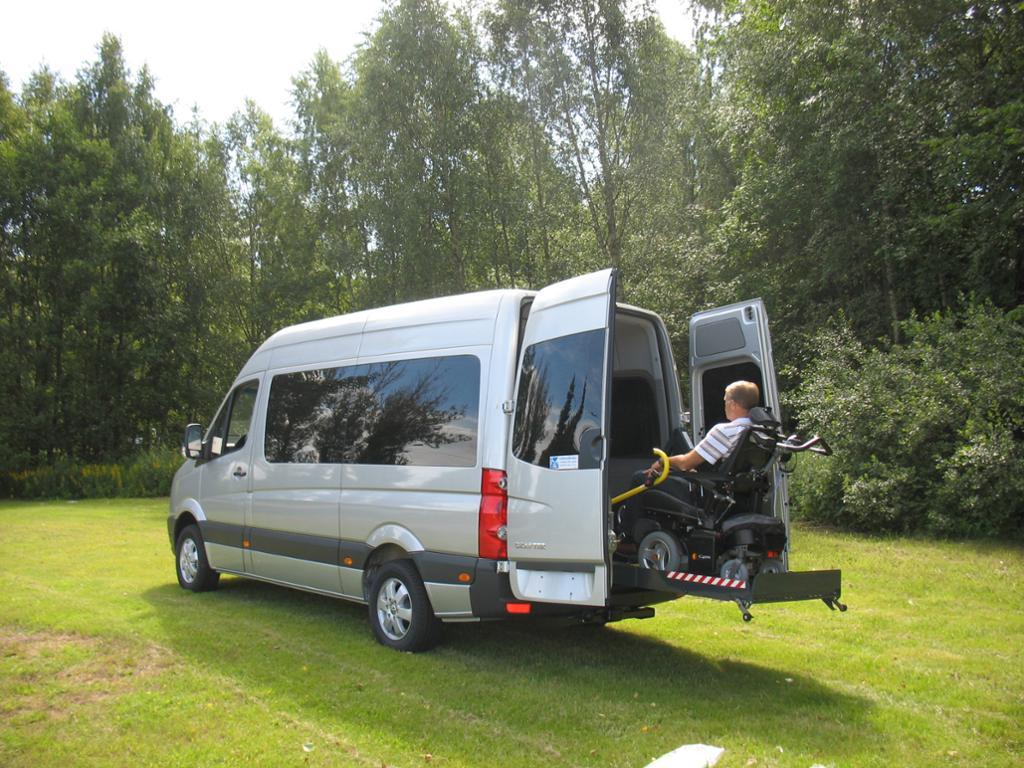 Bil med bakmontert rullestolheis. Foto.