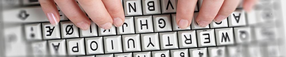 Hender på tastatur. Foto.
