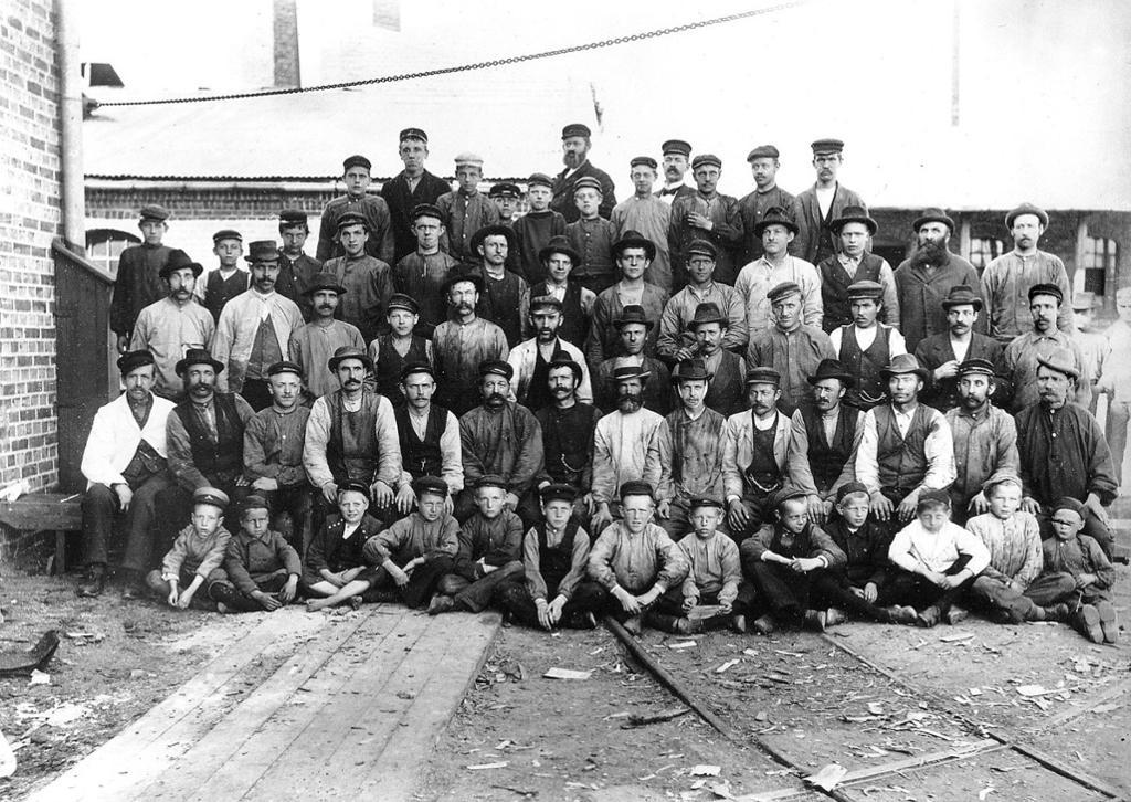 Barearbeidere ved Grønvold og Nitedal Fyrstikkfabrikk, 1898. Foto.