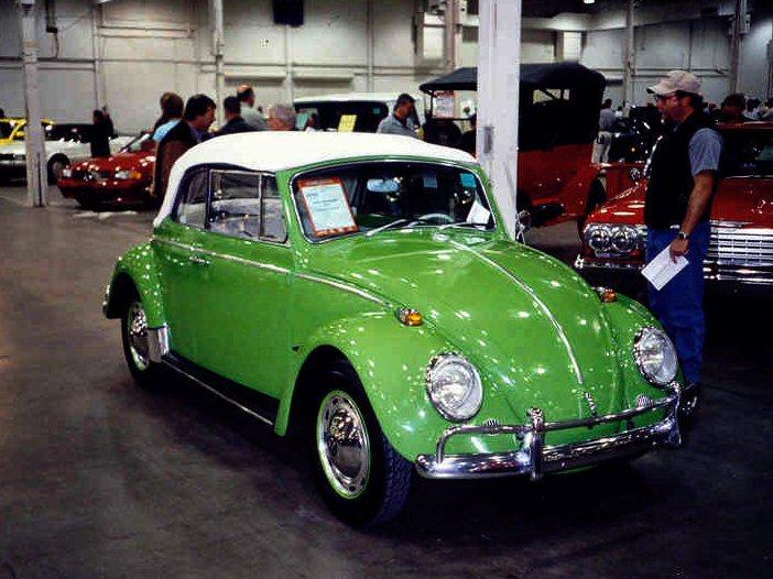 """En grønn Volkswagen-bil av typen """"Boble"""". Taket er hvitt. Foto."""