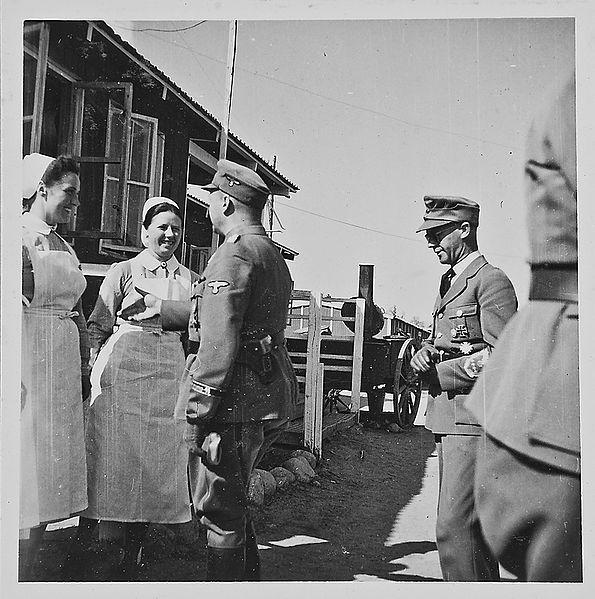 Josef Terboven og hans delegasjon hilser på frontsøstre ved Soldatenheim i Finland, 1942. Foto.