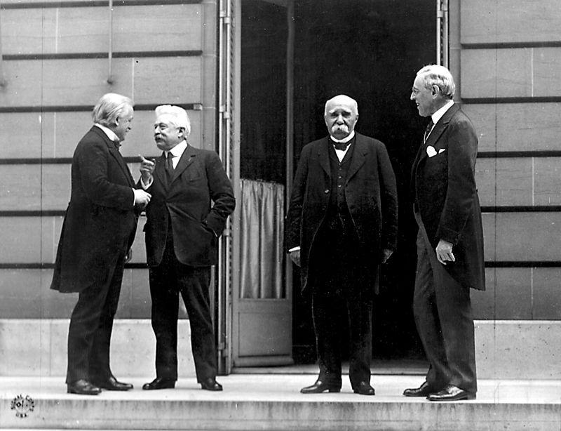 De fire store på fredkonferansen i Paris i 1919. Fra venstre: Statsminister David Lloyd George fra Storbritannia, statsminister Vittorio Emanuele fra Italia, statsminister Georges Clemenceau fra Frankrike og president Woodrow Wilson fra USA. Foto.