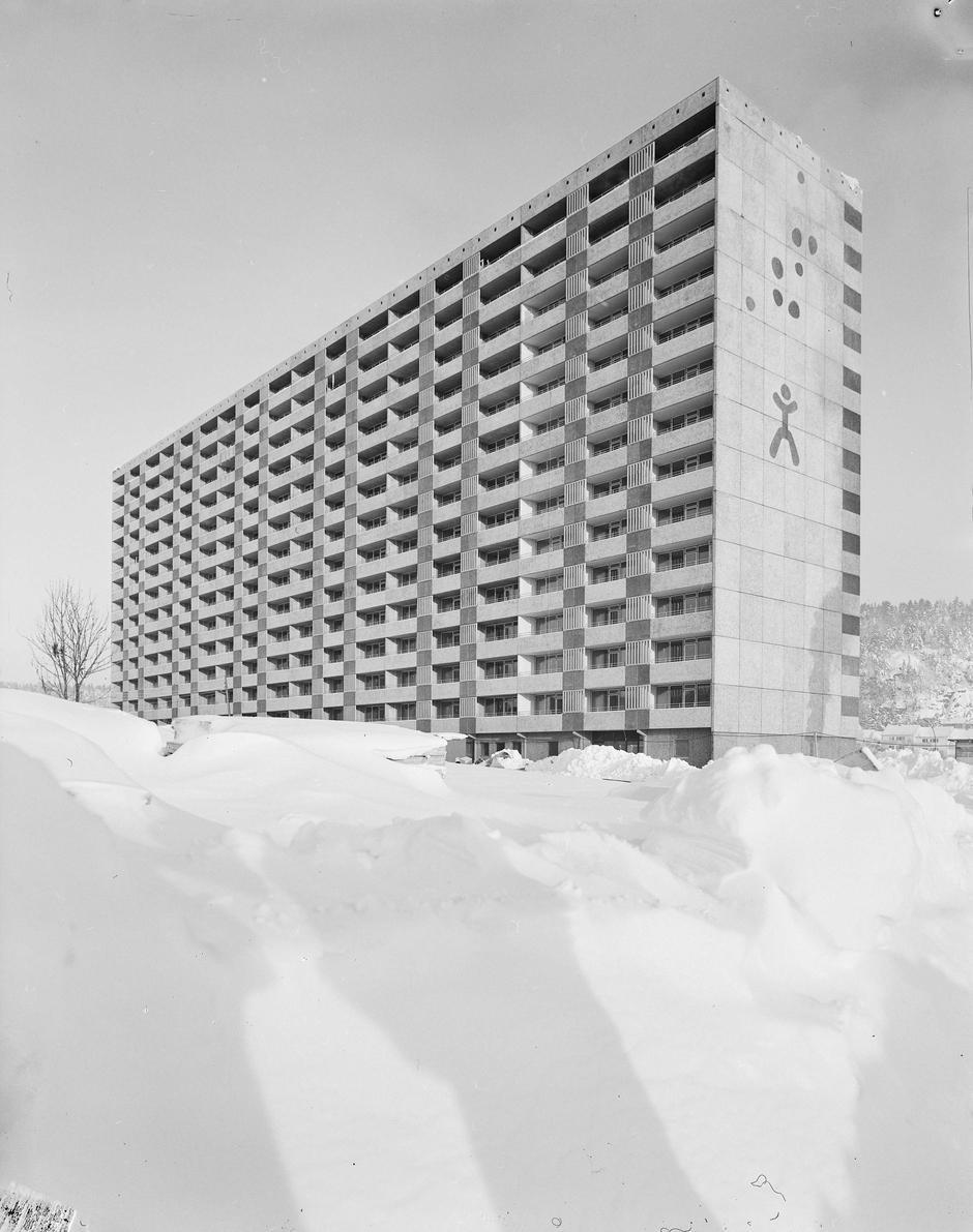 Boligblokk på Ammerud, vinteren 1966. Foto.