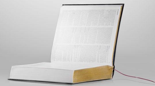Oppslått bok med ledning. Foto.