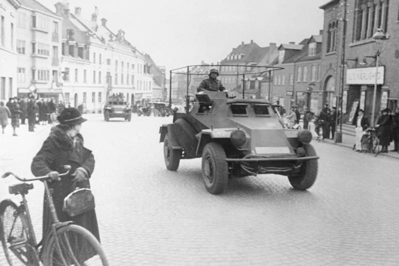 Tyske tropper i pansrede kjøretøy kjører gjennom byen Viborg i Danmark, april 1940. Foto.
