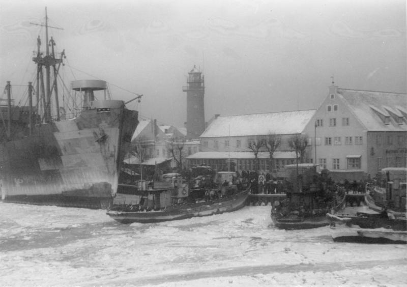 Evakuering av tyske østprøyssiske flyktninger med båt fra Pillau i januar 1945. Foto.