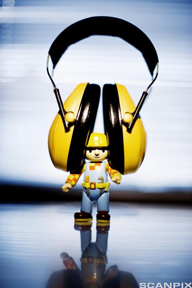 Byggmester Bob med hørselsvern. Foto.