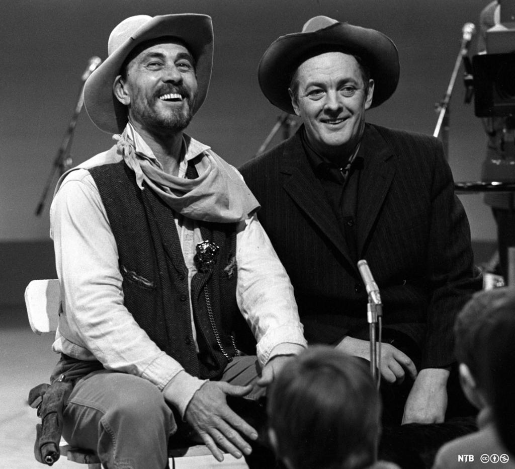 To menn med cowboyhatt i fjernsynsstudio. Foto.