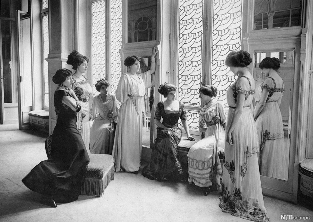 Sju modeller i lange kjoler. Foto.