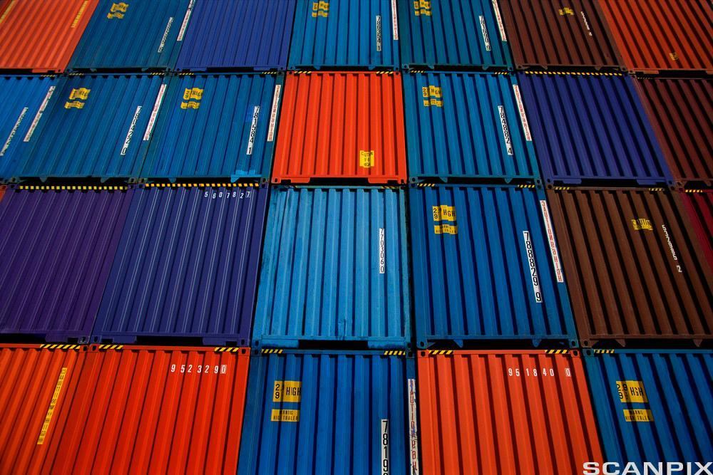 Mange containere oppå hverandre. Foto.