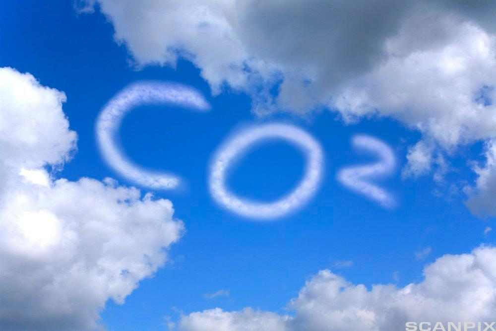 Co2 skrevet med hvit skrift på blå himmel. Illustrasjon.
