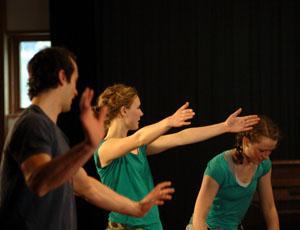 ungdommer utsråler glede ved dans.foto.