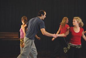 Gutt sammen med jenter i ringdans.foto.