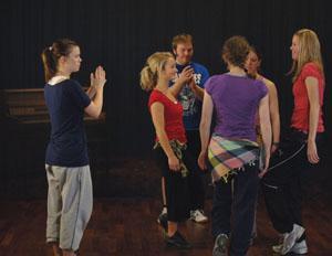 Ringdans utøves av ungdommer.foto.