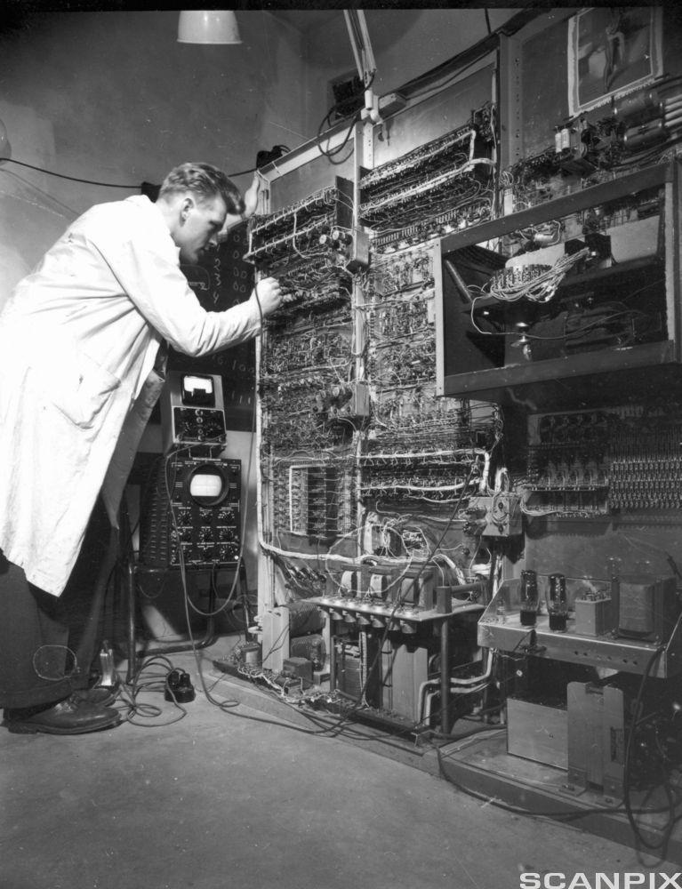 Den første datamaskina i Noreg som fyller eit heilt rom. Foto.