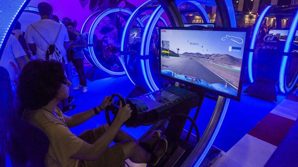 Ungdom sitter foran PC-spill i blått lys. Foto.