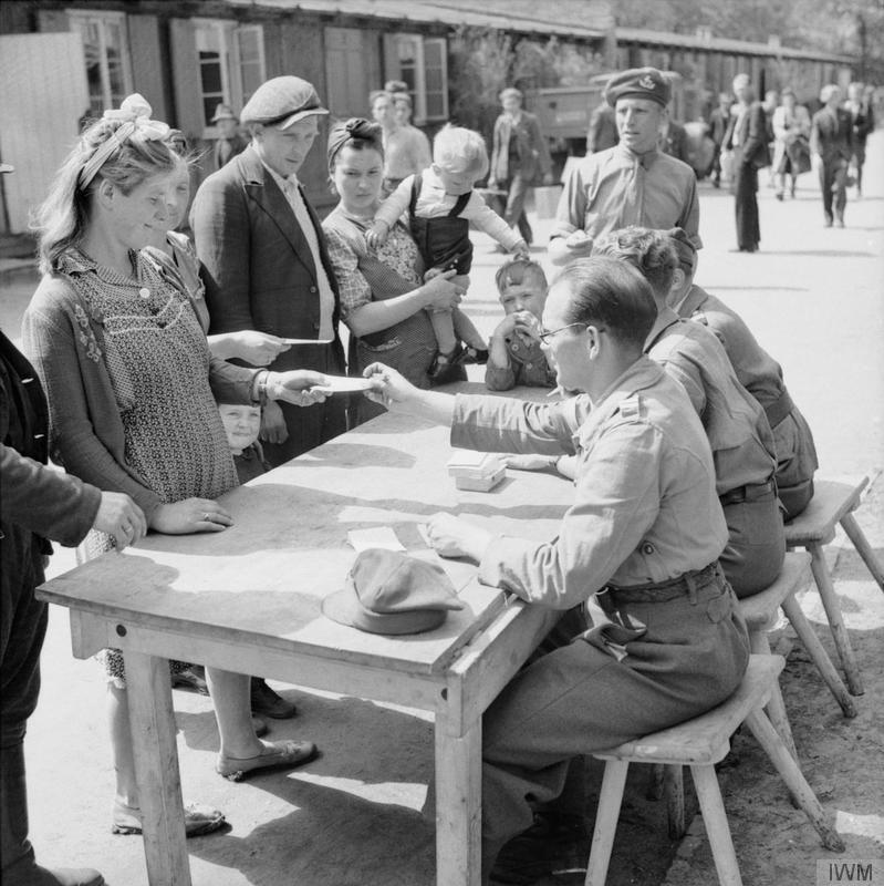 Fordrevne registerer seg ved en leir i Hamburg etter krigens slutt, 1945. Foto.
