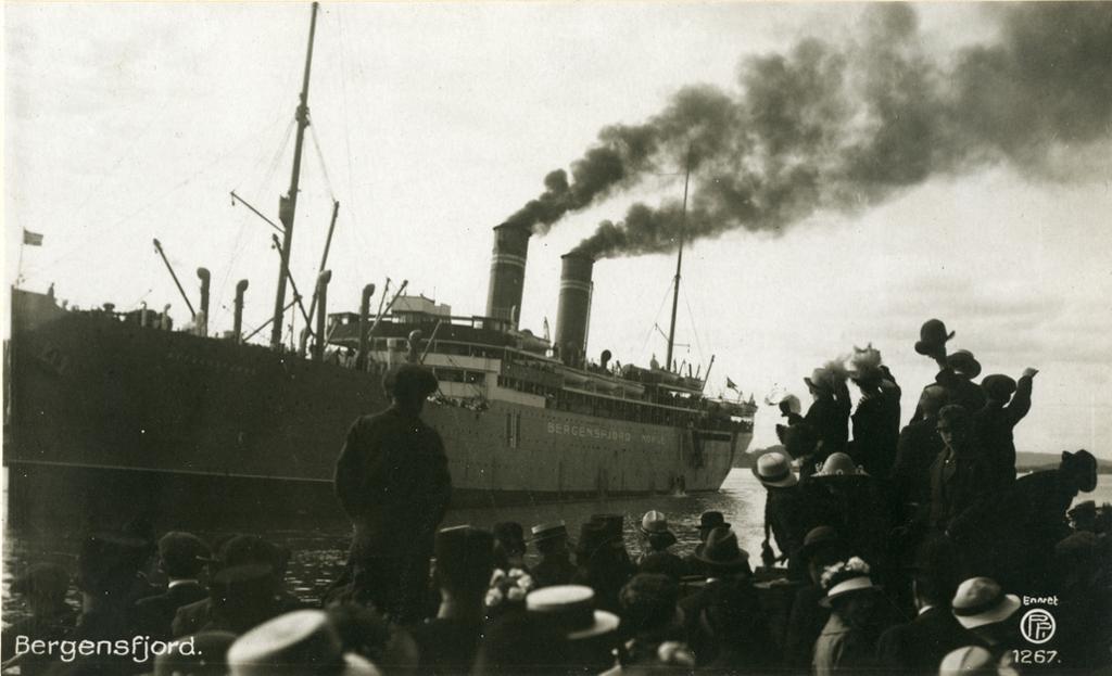 Dampskipet D/S Bergensfjord legger fra kai. Foto.