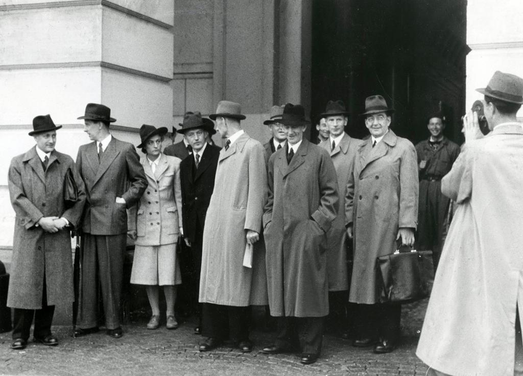 Den nye samlingsregjeringen med Einar Gerhardsen som statsminister foran Slottet 25. juni 1945.